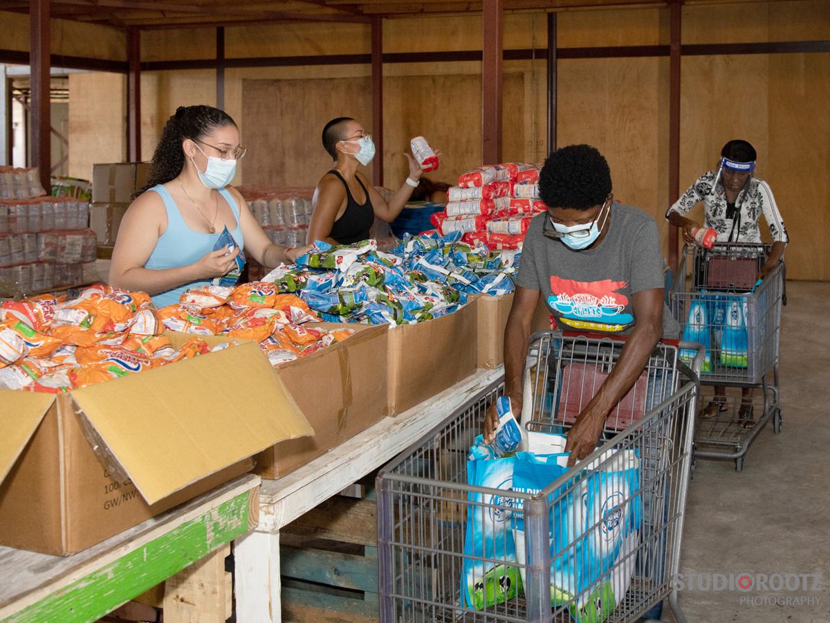 inpakken voedselpakketten op Curacao